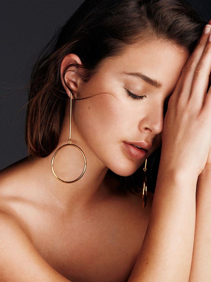 Halsreifen, Halsketten und Statement-Ohrringe